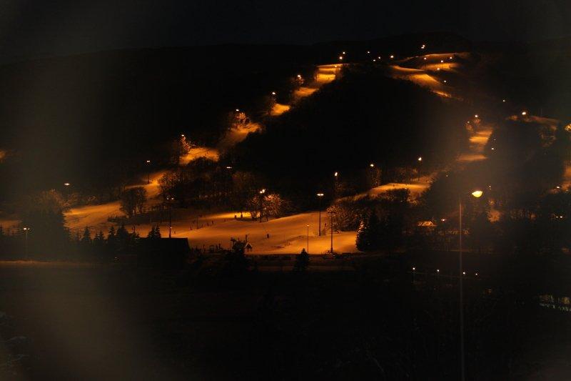 vue sur les pistes en nocturne